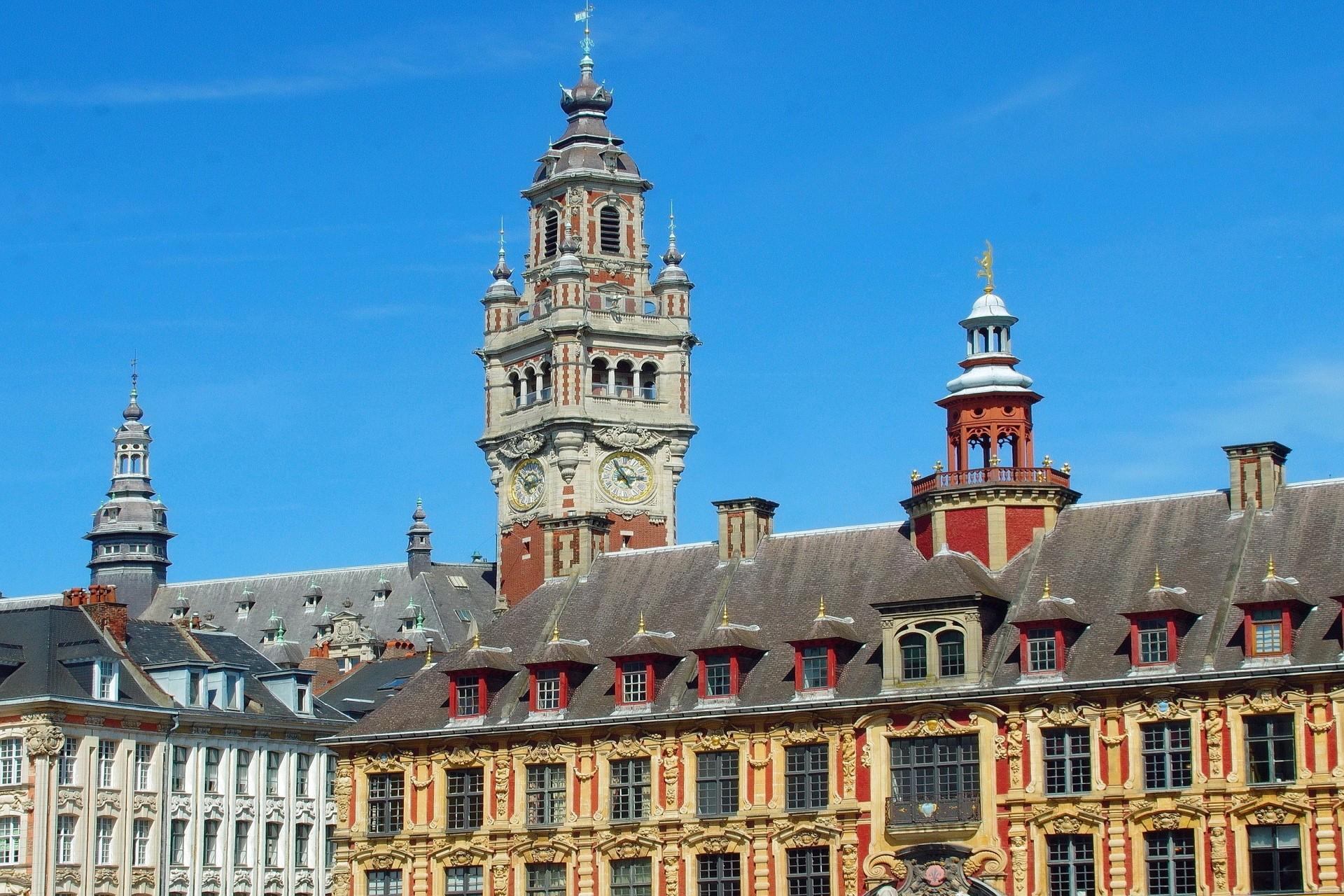 Vue sur le Beffroi de Lille depuis Grand Place en direction de la Vieille Bourse